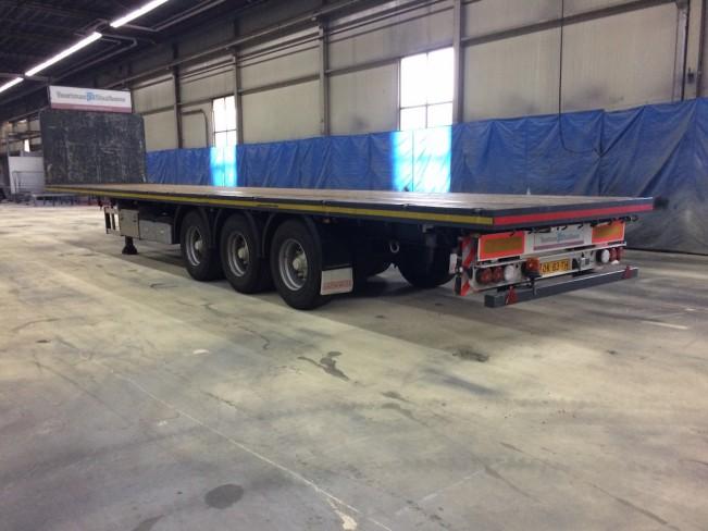 прицеп грузовика остается в цеху