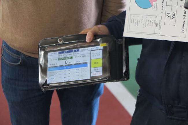На экране планшета можно следить за состоянием карточек